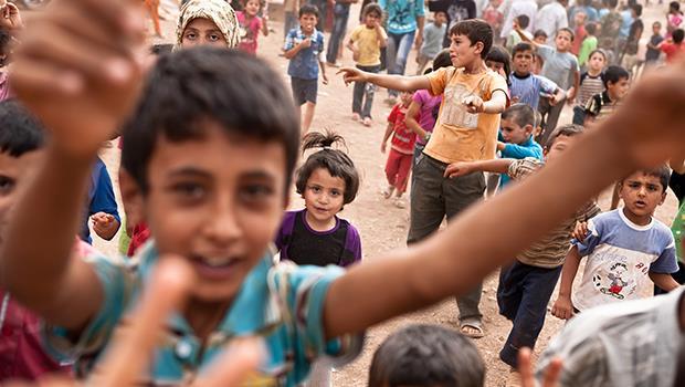 想畢業的決心戰勝恐懼!一個敘利亞男孩:每天出門上學,都像訣別一樣跟母親擁抱...
