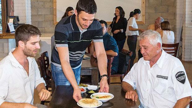 札夫烈(中)為猶太(左)與阿拉伯(右)食客端上5折優惠的共享餐。