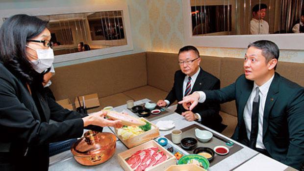 為強化自營餐飲戰力,微風集團常董廖鎮漢( 右) 與總經理岡一郎( 中),親自試吃旗下新餐廳每一道新菜。
