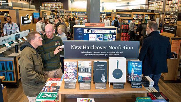 如線上書店一般,將封面朝外放置,並放大簡介,讓讀者更易於從封面文案理解內容