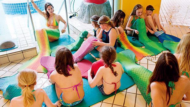 據稱,不少顧客抬出慶生或脫離單身的名義呼朋引伴來人魚泳校上課。