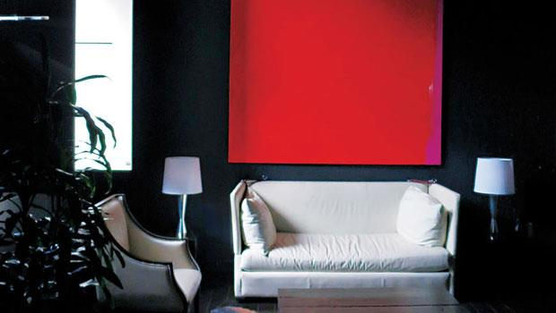 Black Suite裡以冷靜的黑色為主角,但再搭配紅色色塊、素白家具以及溫暖燈光後,就變得活潑溫馨。