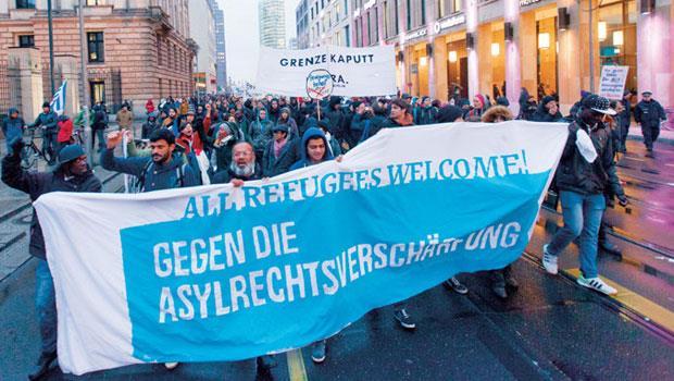 我們在柏林街頭遇見一場抗議,充滿各種膚色的柏林居民舉著「歡迎難民」旗幟,提醒德國政府,開放、多元讓柏林吸引國際人才,從破敗中再起。