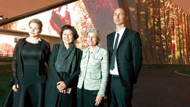 UNESCO 總幹事博科娃( 右2) 與李嘉誠基金會執行董事周凱旋(左2),在巴黎促成結合藝術與科技的和平盛會。