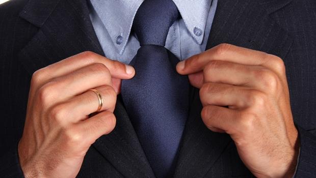 挑錯領帶就像「講錯話」》同樣都是藍色,想看起來專業該選「深藍」還是「亮藍」?