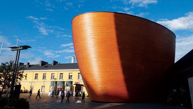 全部以木料打造、被稱作是「寧靜禮拜堂」(Chapel of Silence)的康比(Kamppi)教堂