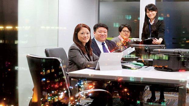 為避免打草驚蛇,萬幼筠(左2)與曾韵(左1)帶領的「抓鬼小組」經常半夜潛入客戶公司,用調查局等級的科技設備,以複製嫌疑人電腦硬碟等方式蒐證。