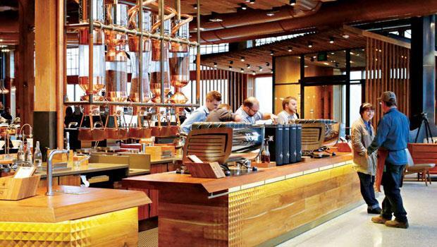 星巴克推出烘焙品嘗室對戰精品咖啡,吸客成效頗獲執行長舒茲滿意。