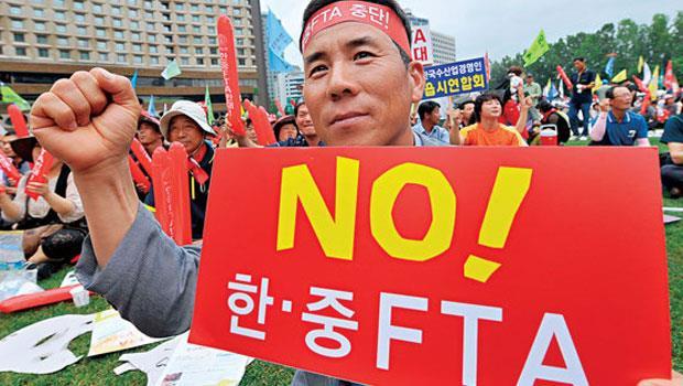 「向中韓FTA 說不!」14 輪談判下來,上萬名韓國農民不惜走上街頭,反對政府開放中國農產品。