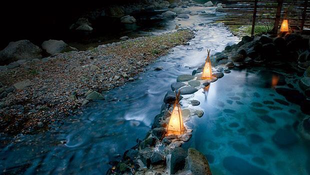 湯本館的木造建築別有風味,溫泉依傍狩野川,形成露天浴池。