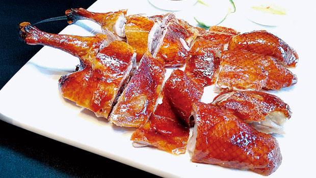 与玥樓行政主廚陳偉強,綜合廣東鴨跟北京鴨做法所做成的「妙齡鴨」。