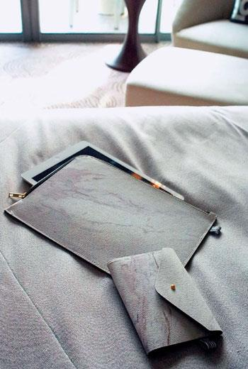透過深淺石粉自然流動,用石頭布製成的系列袋包,每個都擁有獨一無二的石紋表面。