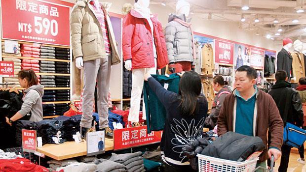 因應暖冬來襲,優衣庫以庫存換現金,今年折扣最低打到37折,甚於以往。