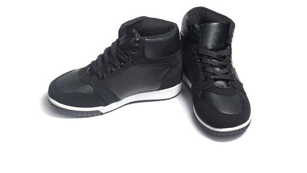 史上最酷球鞋!這雙「電子墨水鞋」花色想變就變,甚至還能做動畫