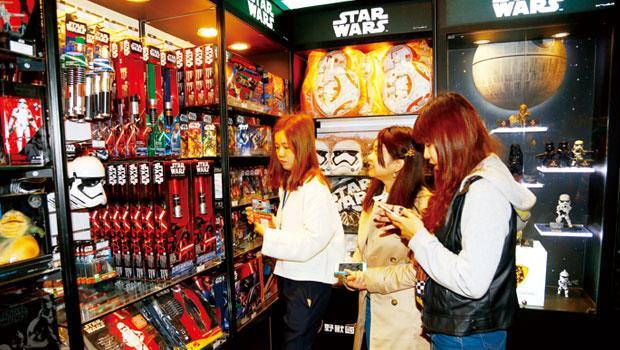 《星戰》角色記憶點高、商品多,粉絲購買力強,第7 集未開拍前就先進帳10 億美元。