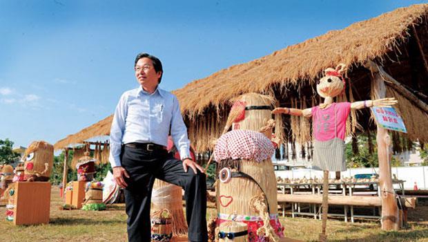 草屯鎮長洪國浩擅長活化資產,很難想像其身後陳設著稻草裝置藝術的植物公園,前身竟是一片已禁葬且髒亂的墓地。