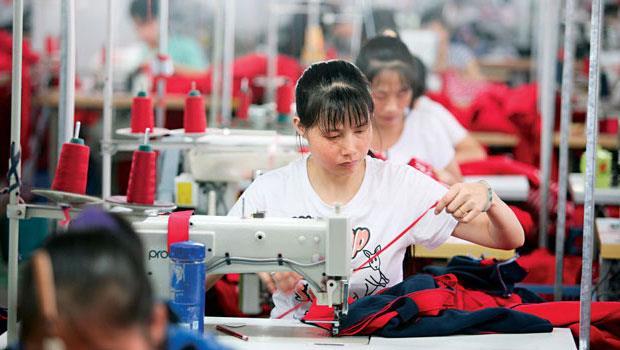 中國南部城市東莞是歐、美服飾商外包重鎮,血汗新聞時有所聞。Everlane嚴選接受作業環境上網公評的工廠。
