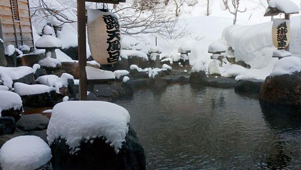 冬天的貝掛溫泉別具情調。若遇降雪,旅館會提供斗笠,旅人戴著斗笠,邊泡湯邊賞雪景。