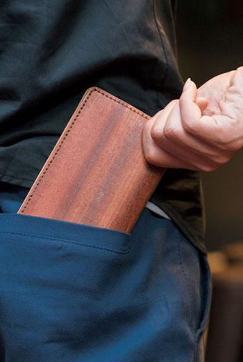 克服斷裂問題,設計師發揮巧思將原木製成皮夾,不僅有天然紋路還微微散發木香。