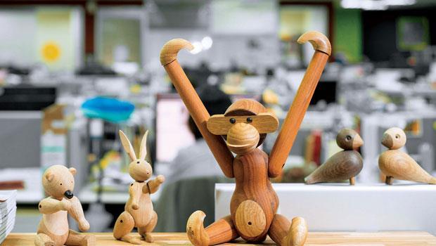 和小猴勾勾手,拉近與山林的距離--木頭動物玩偶