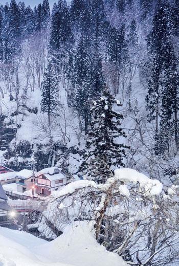 日本山形縣銀山溫泉小鎮,白雪紛飛。小鎮裡的能登屋旅館,擁有百年歷史,是秘湯守護協會的一員。
