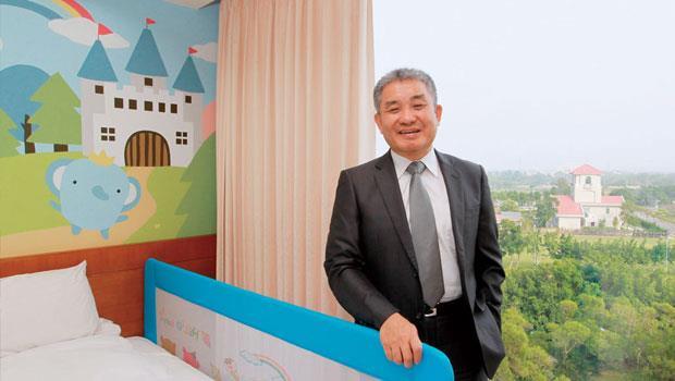站在新推出的彩繪房中,渴望園區董事長楊金發希望帶給入住訪客更多有趣的親子互動。