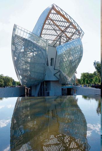 位於巴黎的LV基金會美術館,由解構主義建築大師法蘭克‧蓋瑞(Frank O. Gehry)所設計