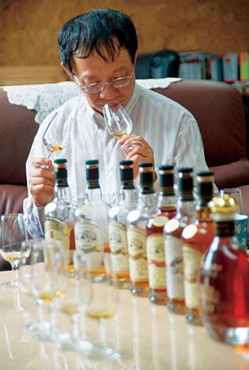 潘結昌辦公室的小櫃子充滿隱藏版酒款,都是他不斷嘗試的實驗品。
