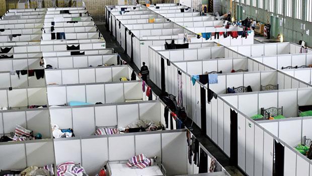 使用廢棄停機棚當臨時難民收容所,在防火考量下,帳棚改成無頂建材,難民白天多半外出,晚上才回來睡覺。