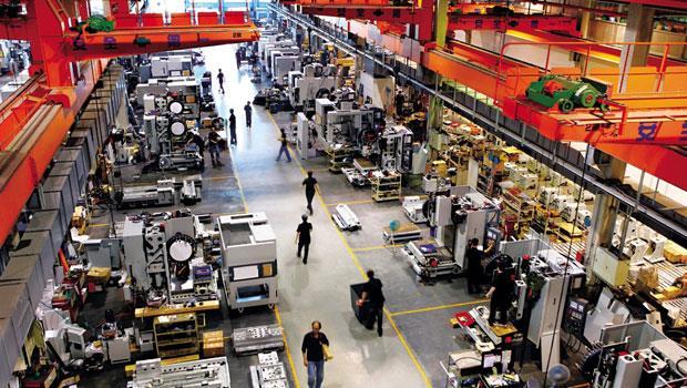 一台台以噸計「做機器的機器」整齊排列,這裡是專銷歐洲的百德產線,顛覆黑手業又油又黑的印象。