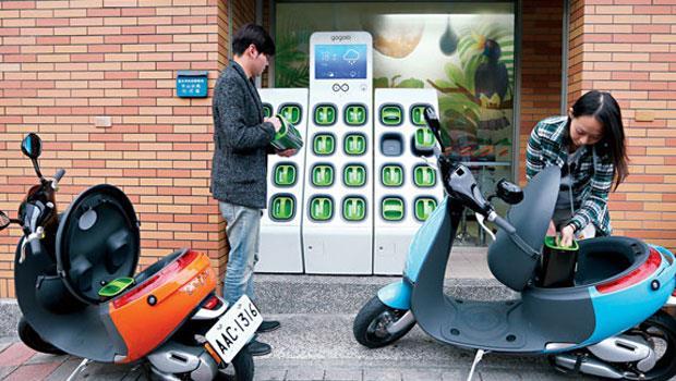 位於台北市建國北路上的7-Eleven,是全台首家導入Gogoro 充電站的門市,一旦電動機車普及,便利商店將能取代加油站。