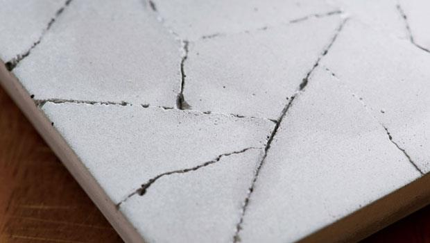 當水滲進杯墊的龜裂紋裡,就像乾枯大地得到滋潤。