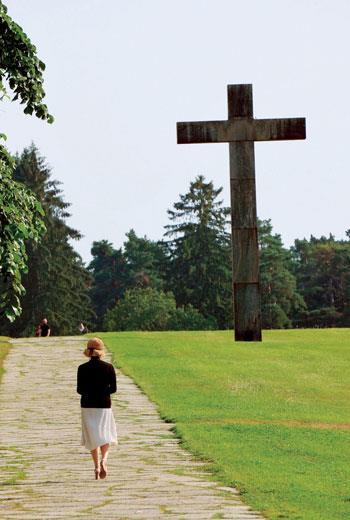 瑞典斯德哥爾摩的森林墓園(WoodlandCemetery),是第一個被列為世界遺產的墓園,也是許多現代墓園的設計參考對象。