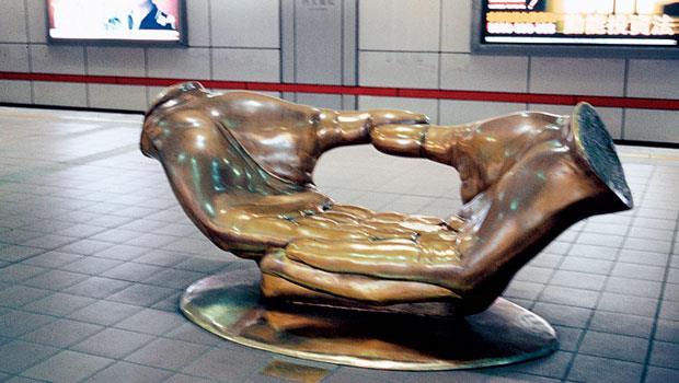 台大醫院捷運站的銅雕藝術座椅「小公園」