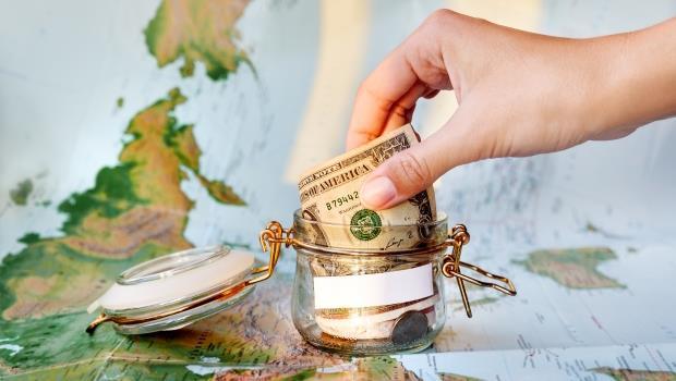 今年的出國旅費就這樣賺!每月強迫存一筆錢,從中華電、統一超零股買起