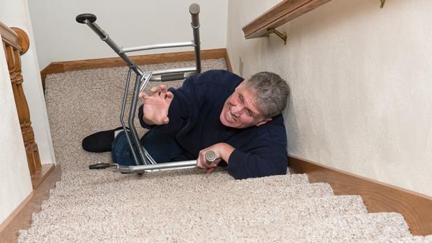 高齡化商機!這款最新項鍊能偵測老年人是否跌倒,還會自動呼救