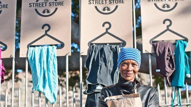 捐衣物也送尊重!兩個廣告人創辦「街頭商店」,讓街友也享受血拚挑衣服的感覺