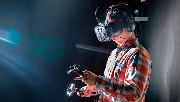 VR 終端顯示器從新台幣數萬元的頭盔到幾千元的眼鏡,甚至幾百元的紙盒式裝置。圖為HTC 頭盔,售價尚未公布,傳可能是市場最高價。