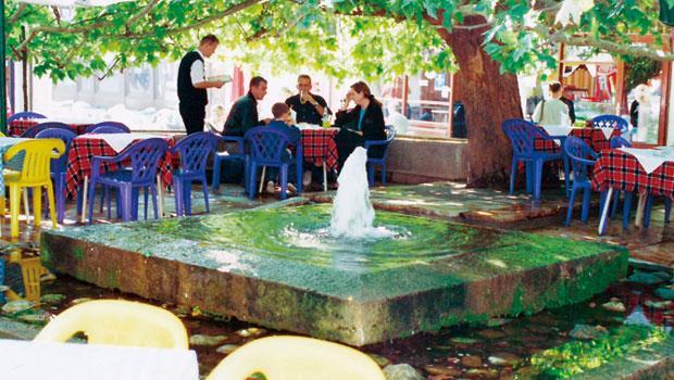 馬其頓首都史高比耶的公共湧泉池,一旁就是咖啡座