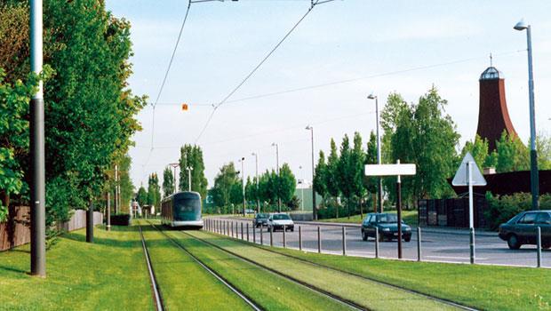 法國史特拉斯堡的「流動地標」輕軌電車,部分軌道上遍植草皮,實踐城市自然化