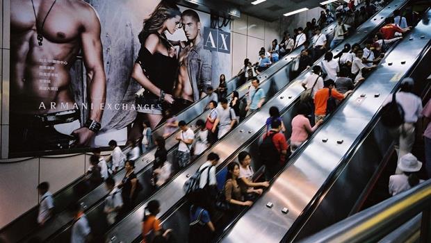 搭電扶梯不靠右,反而能一次輸送更多人!倫敦地鐵用這招讓乘客「站好站滿」