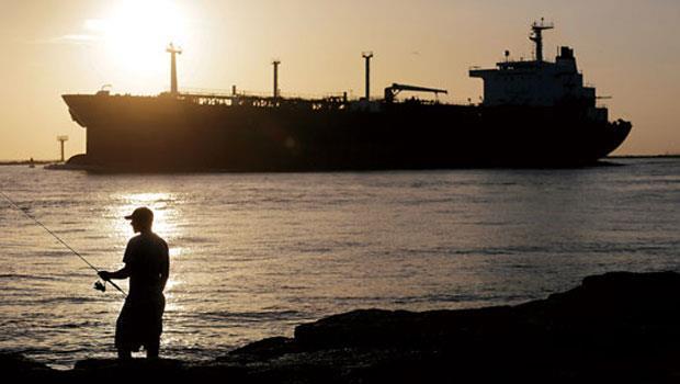 載滿美國生產原油的船正從美國駛往歐洲,代表長達40 年的原油禁令解除,宣告低油價時代來臨。