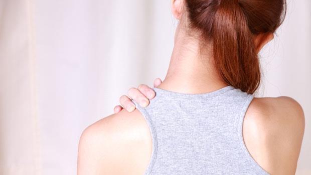 貼藥布也沒用...「肩痛」原來要按腋下!睡前按30秒,促淋巴流動助排毒