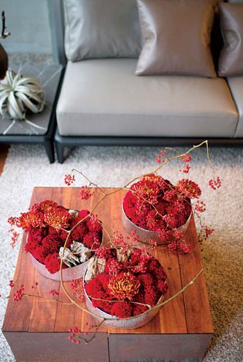 客廳桌花可依照桌子大小決定盆花數量,選用不同層次的紅色花材,即使是大紅色調看來也不俗豔。