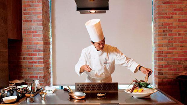 Ukai洋食事業部長笹野雄一郎料理時行雲流水,專注而優雅。