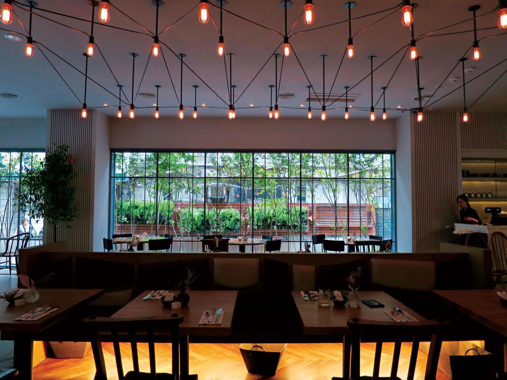 旅店餐廳使用了回收木做設計,落實環保。餐桌下還準備了放雜物的籐籃,頗為貼心。