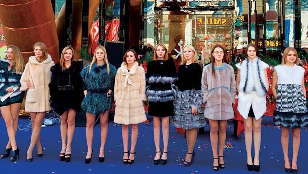 站在瀋陽百貨公司外的模特兒