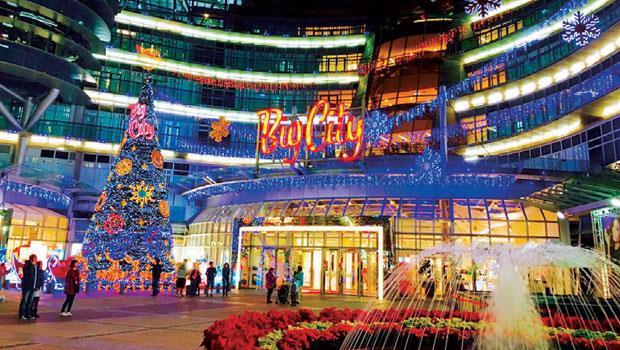 去年遠東巨城點亮聖誕樹之前,先透過縮時攝影,把2 天架設聖誕樹的過程製成1分多鐘的影片放上網路,成功營造話題、聚集人氣。