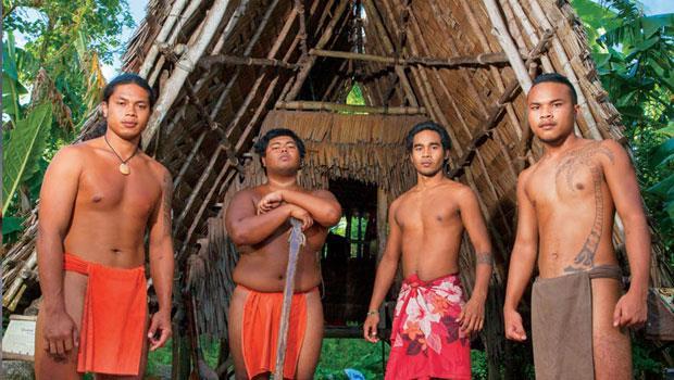 查莫洛生態文化園區裡,四位查莫洛青年穿上傳統服飾,復刻先輩生活形態。