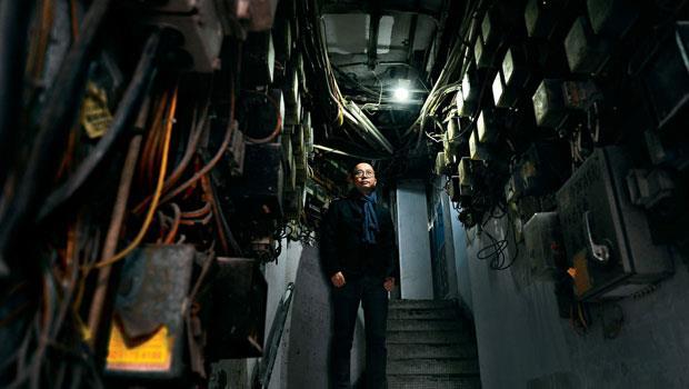 這是香港17 萬人住的地方,管線跟電表蓋滿牆面,樓層也因隔間過多,出現塌樓、火災。這顆巨大的社會地雷竟是余偉業的創業藍海,連政府都找他拿藥單。